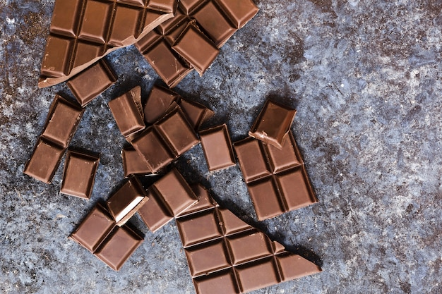 Vista superior quebrado chocolate escuro na mesa de grunge