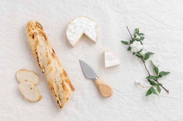Vista superior queijo brie e uma baguete