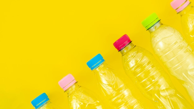 Vista superior reciclar garrafas de plástico