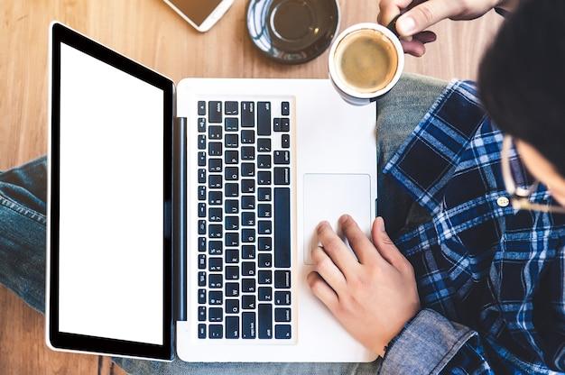Vista superior, recortado, imagem, de, um, homem jovem, trabalhar, seu, laptop, em, um, loja café