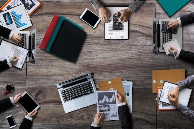 Vista superior reunião de negócios e discussão de estratégia com novo projeto de inicialização. planejamento e brainstorm de empresários criativos com relatório de documento.