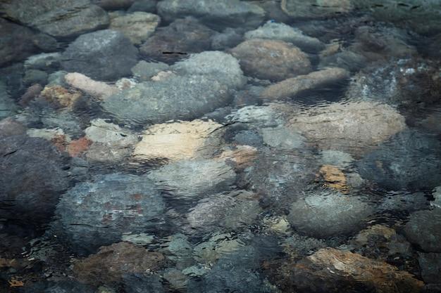Vista superior rochas na água
