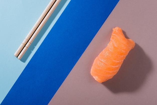 Vista superior rolo de sushi com salmão