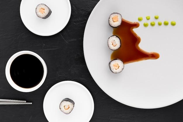 Vista superior rolos de sushi com molho de soja