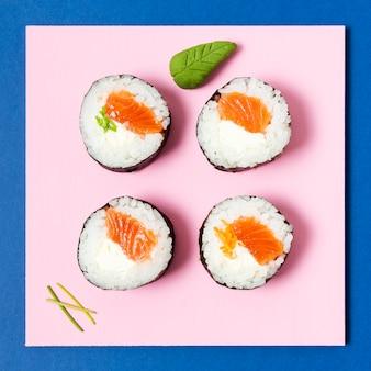 Vista superior rolos de sushi de salmão