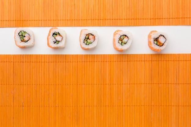 Vista superior rolos de sushi em cima da mesa