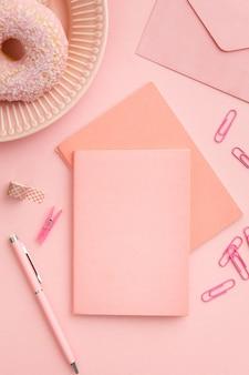 Vista superior rosa composição local de trabalho