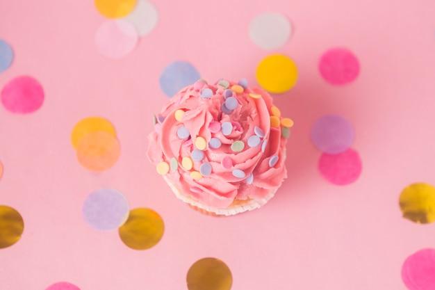 Vista superior rosa cupcake de aniversário