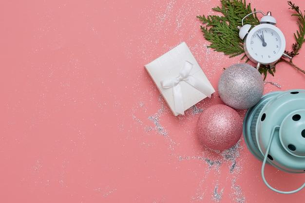 Vista superior rosa flatlay com decoração rosa e prata e relógio