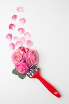 Vista superior, rosas, flores e pincel de pintura