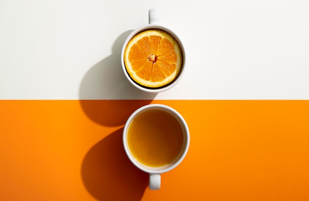 Vista superior saborosa bebida de laranja em canecas