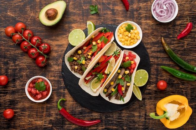 Vista superior saborosa comida mexicana com legumes
