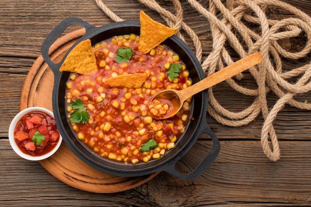 Vista superior saborosa comida mexicana com nachos
