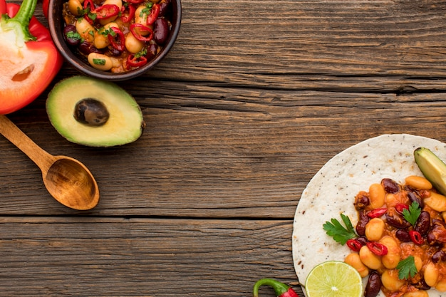 Vista superior saborosa comida mexicana pronta para ser servida