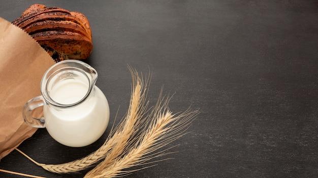 Vista superior saborosa de pão e leite