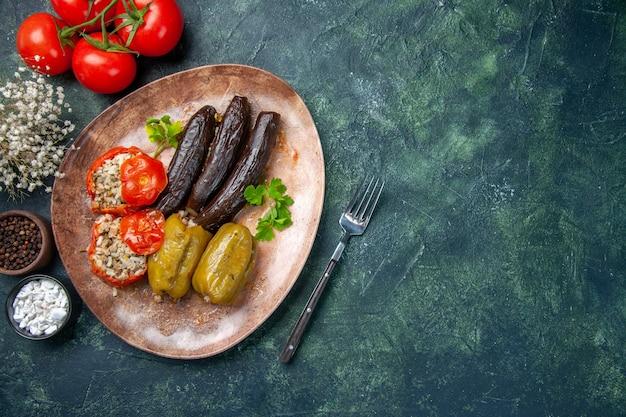 Vista superior saborosa dolma vegetal com tomate, cor de comida cozinha prato de saúde refeição jantar