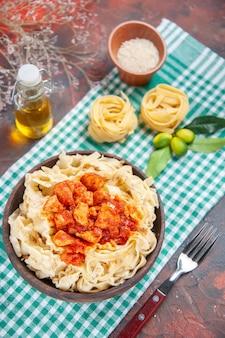 Vista superior saborosa massa cozida com frango e molho em prato escuro de macarrão