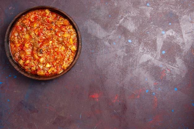 Vista superior saborosa refeição com molho de vegetais cozidos com vegetais fatiados no fundo escuro comida molho sopa refeição jantar