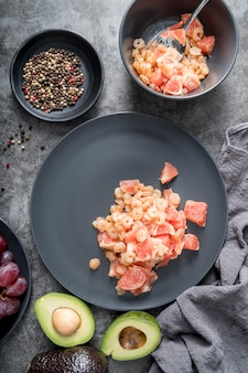 Vista superior saborosa salada com abacate e camarão