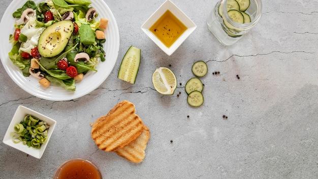 Vista superior saborosa salada com cópia-espaço