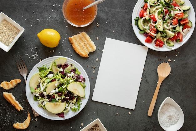 Vista superior saborosa salada com limão