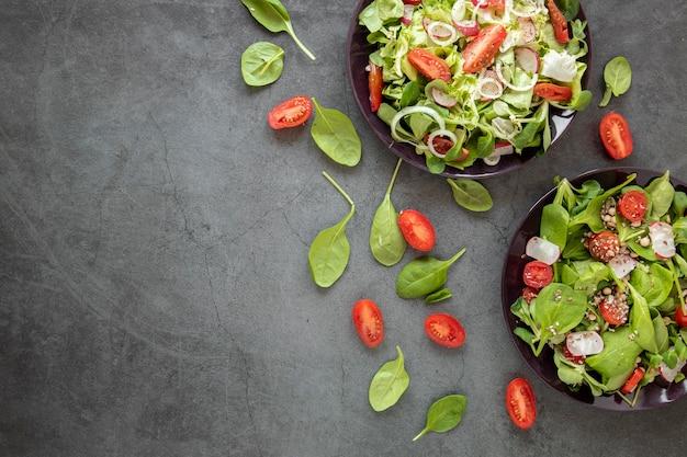 Vista superior saborosa salada com tomate