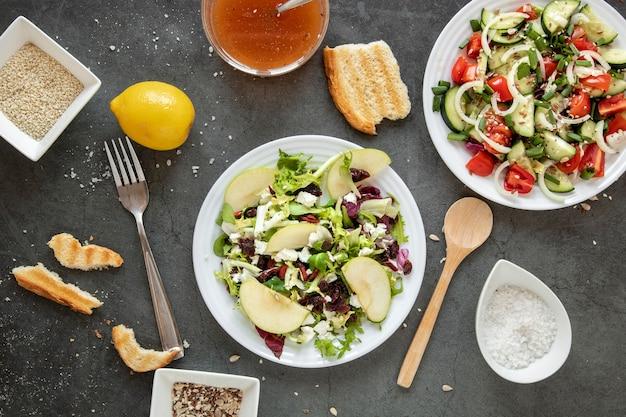 Vista superior saborosa salada com torradas de pão