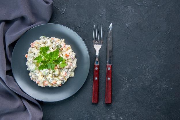 Vista superior saborosa salada de frango com diferentes vegetais cozidos e maionese dentro do prato na superfície escura lanchonete comida cozinha horizontal refeição cores misturadas