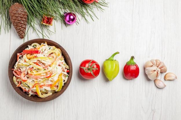 Vista superior saborosa salada de frango com mayyonaise e vegetais na mesa branca, carne, salada fresca, lanche