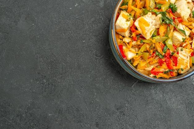 Vista superior saborosa salada de frango com vegetais
