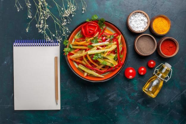 Vista superior saborosa salada de pimentão fatiado e saudável com temperos em bloco de notas e azeite de oliva em fundo escuro