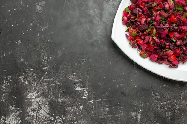 Vista superior saborosa salada de vinagrete com beterraba e feijão na superfície cinza