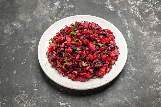 Vista superior saborosa salada de vinagrete com feijão e beterraba em superfície cinza