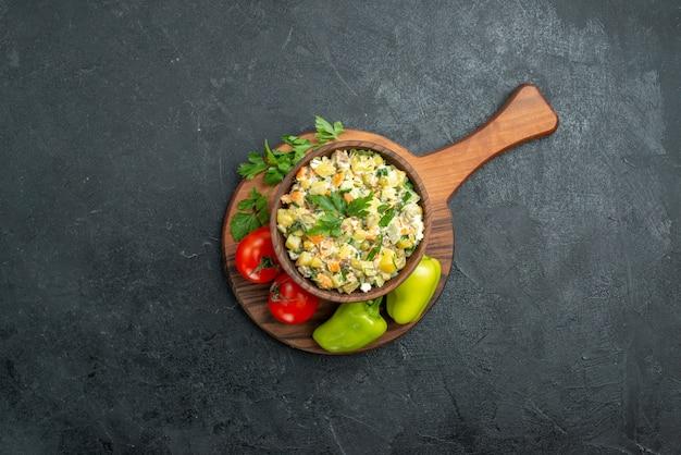 Vista superior saborosa salada maionese com vegetais frescos e verduras em cinza