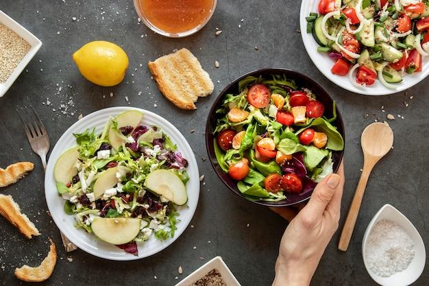 Vista superior saborosa salada na mesa