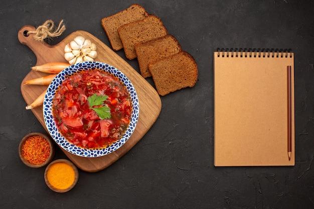 Vista superior saborosa sopa de beterraba ucraniana com pão preto no espaço escuro