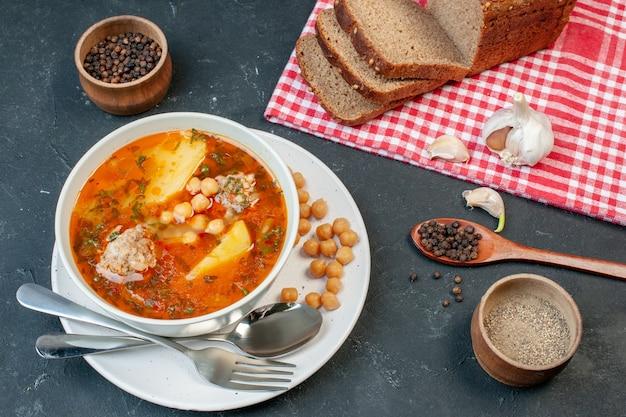 Vista superior saborosa sopa de carne com feijão verde e batata em fundo escuro