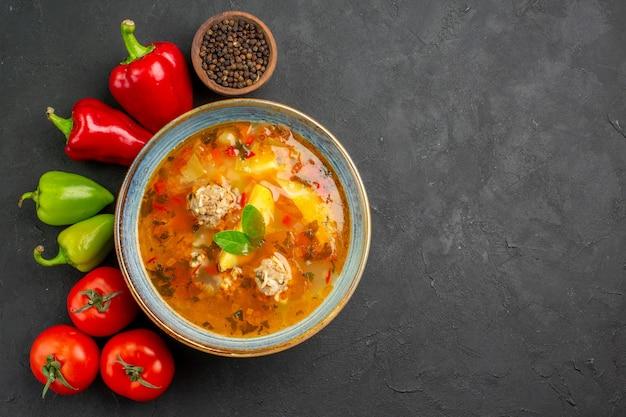Vista superior saborosa sopa de carne com legumes frescos em mesa escura foto prato comestível