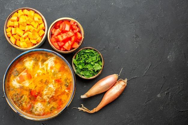 Vista superior saborosa sopa de carne com pimenta fresca fatiada e verduras em fundo cinza