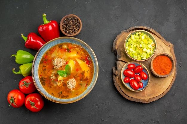 Vista superior saborosa sopa de carne com vegetais frescos em piso escuro foto prato corante alimentar