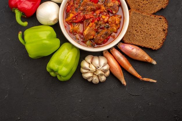 Vista superior saborosa sopa de carne com vegetais