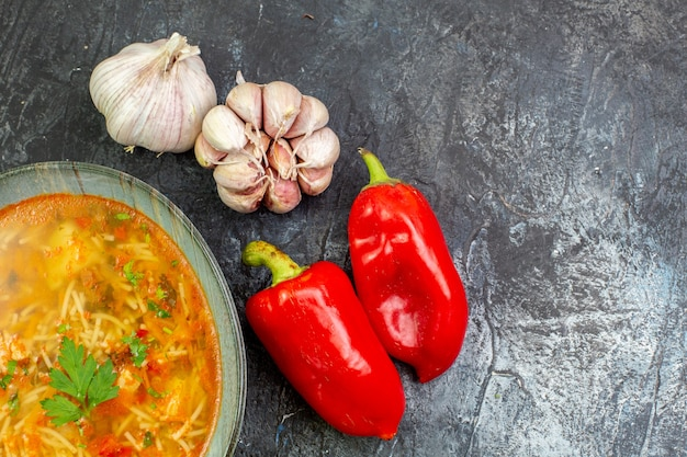 Vista superior saborosa sopa de vermicelli com alho e vegetais na mesa cinza claro