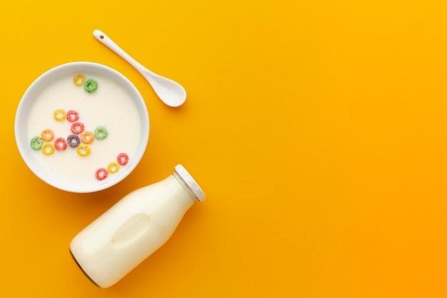 Vista superior saborosa tigela de leite com cereais