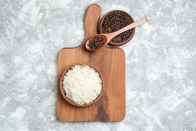 Vista superior saboroso arroz cozido com pimenta em branco