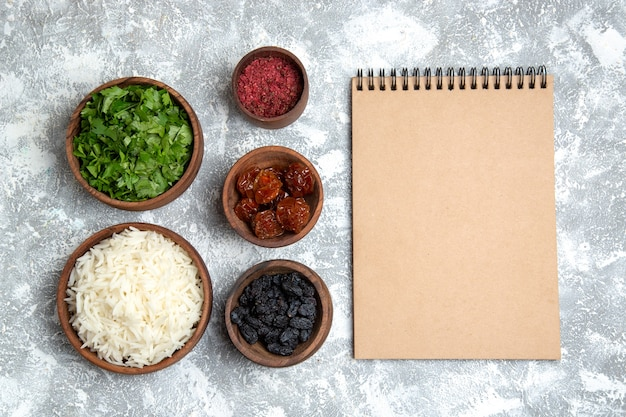 Vista superior saboroso arroz cozido com verduras e passas no branco