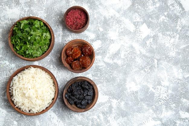 Vista superior saboroso arroz cozido com verduras e passas