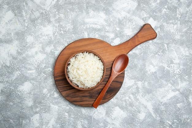 Vista superior saboroso arroz cozido dentro do prato branco