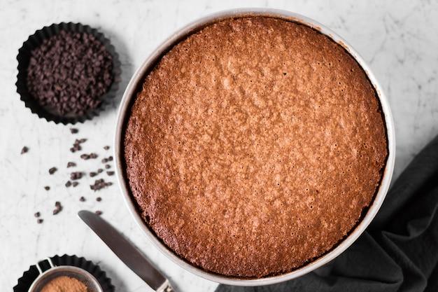 Vista superior saboroso bolo de chocolate pronto para ser servido