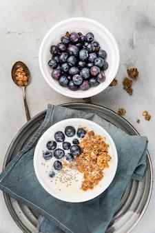 Vista superior saboroso café da manhã com mirtilos