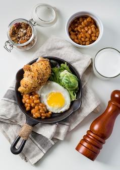 Vista superior saboroso café da manhã pronto para ser servido